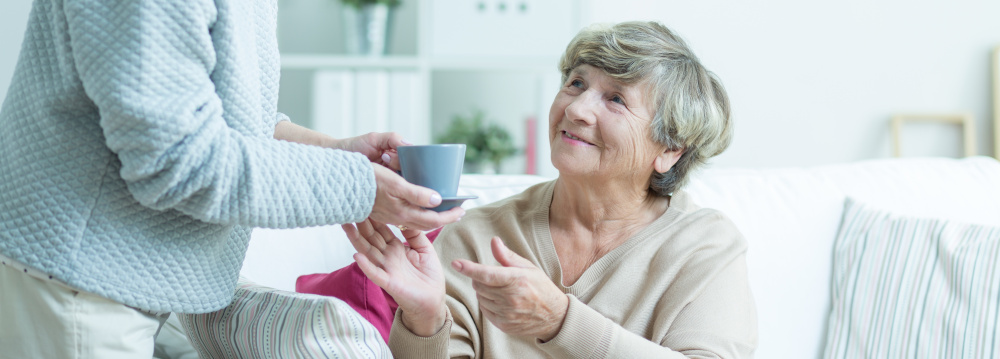 podanie kubka herbaty starszej kobiecie