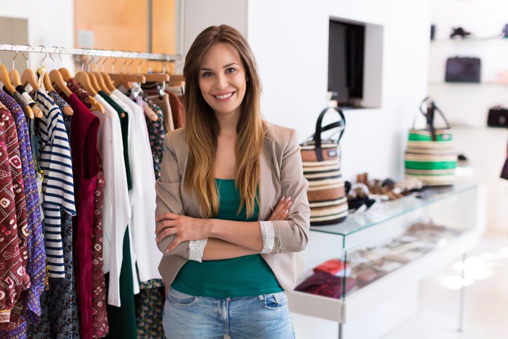 kobieta w butiku z odzieza
