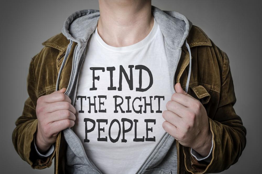 mężczyzna pokazujący napis na własnej koszulce