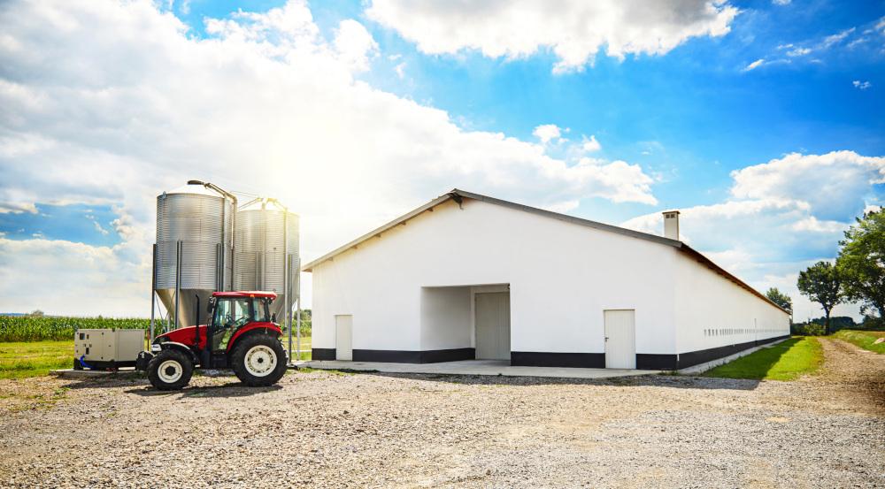 magazyn z silosami na zewnątrz i traktorem