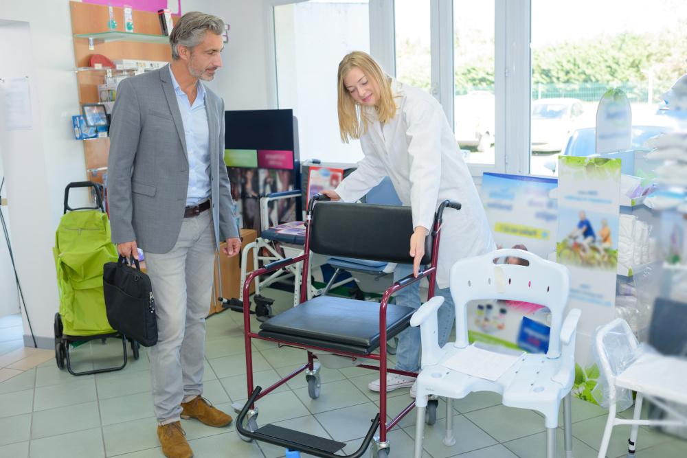 kobieta pokazująca wózek medyczny mężczyźnie