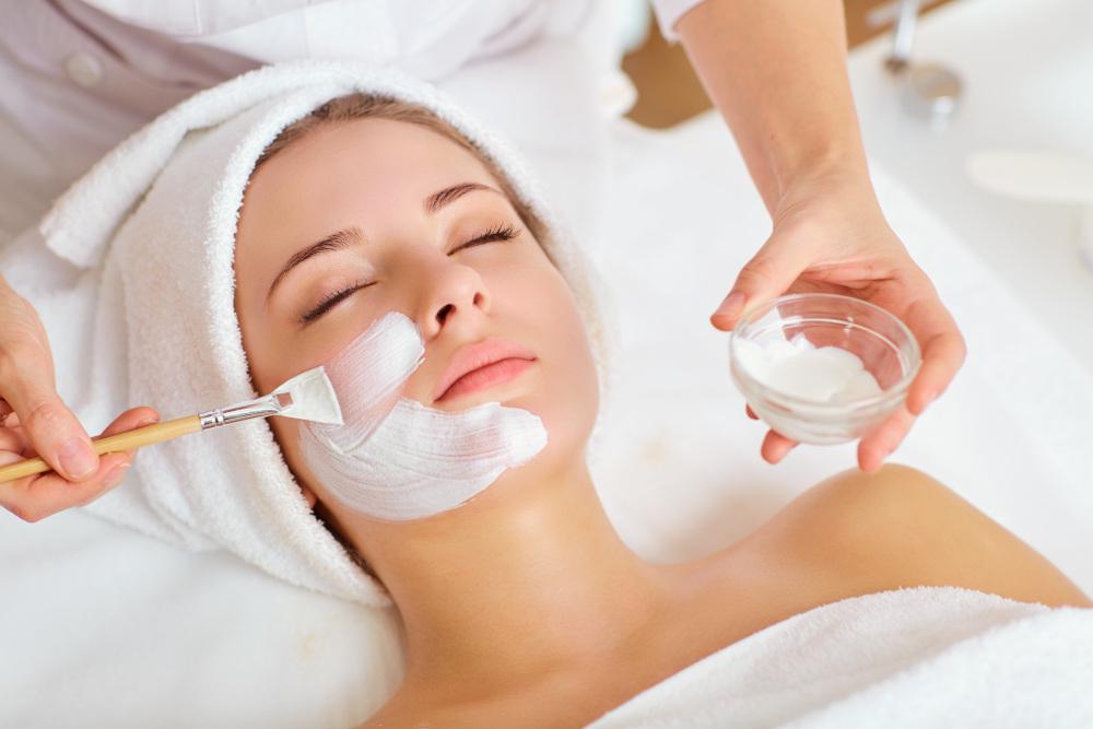 wykonywanie maseczki na twarz kobiecie w salonie kosmetycznym